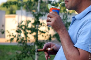 Пьёт и курит.