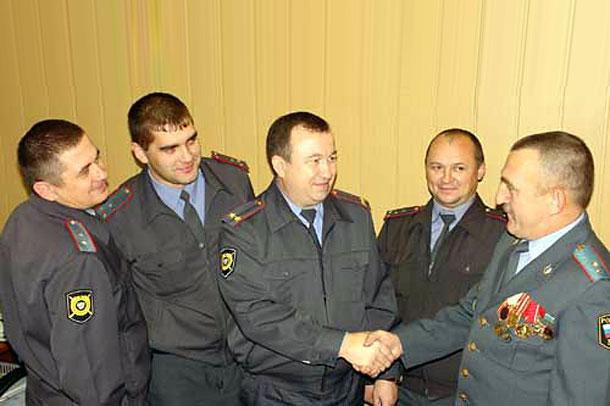 Колпнянские полицеские принимают поздравления.