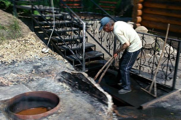 Уборкой на источнике занимается неформальный хранитель родника Вячеслав Гаврилин.