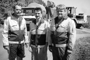 Водители-операторы КДМ Н.В. Тиняков, Ю.М. Антонов и машинист катка А.И. Хорев (в центре).