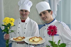 >Евгений Бондарев и Иван Русанов — повара мясного цеха общепита Колпнянского райпо.