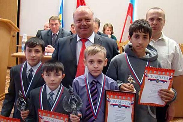 Школьники получили награды.