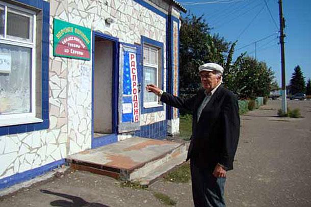 Е. Куракулов на месте, где находился двухэтажный узел связи.